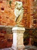 Togado romano sobre ara con inscripción