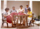Cosiendo las primeras faldas del Santo Cristo. De izquierda a derecha: Alfonsa Rodero, Ambrosia, Carmen Herreros, Félix González, Dominga Torres
